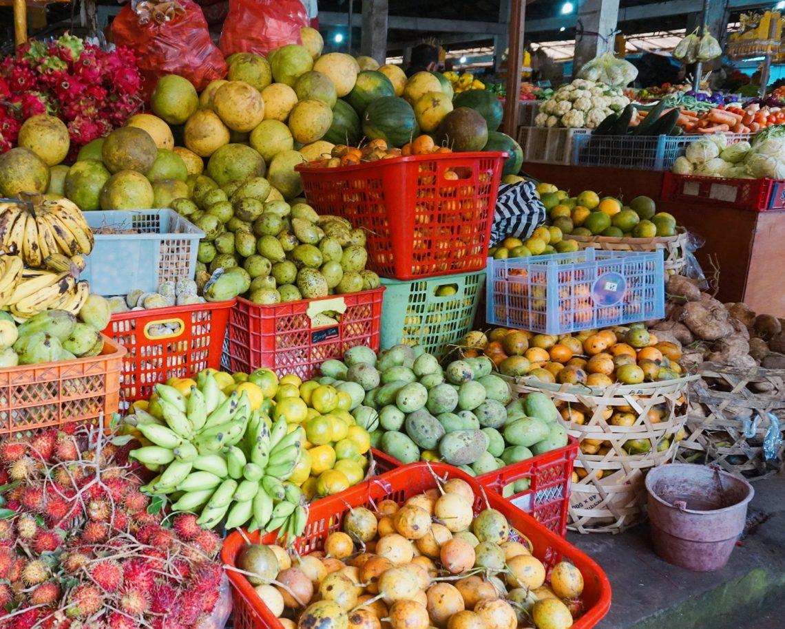 Grignotage, grignoter, perdre du poids, maigrir, fruits, légumes, marché Bali, coloré