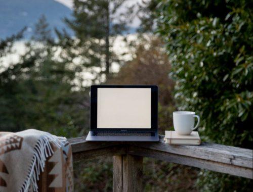 digital nomal, ordinateur, nature, travailler seul, travailler dehors, montagnes, travail avec vue, indépendant, freelance